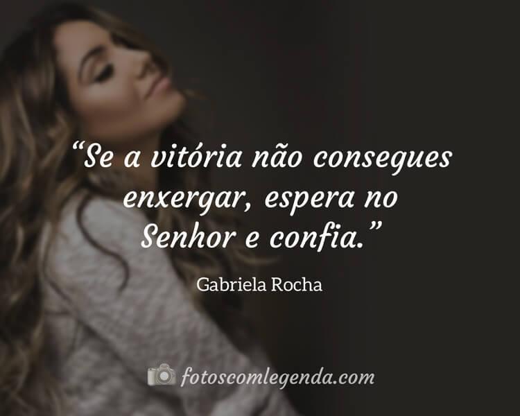 """""""Se a vitória não consegues enxergar, espera no Senhor e confia.""""— Gabriela Rocha"""