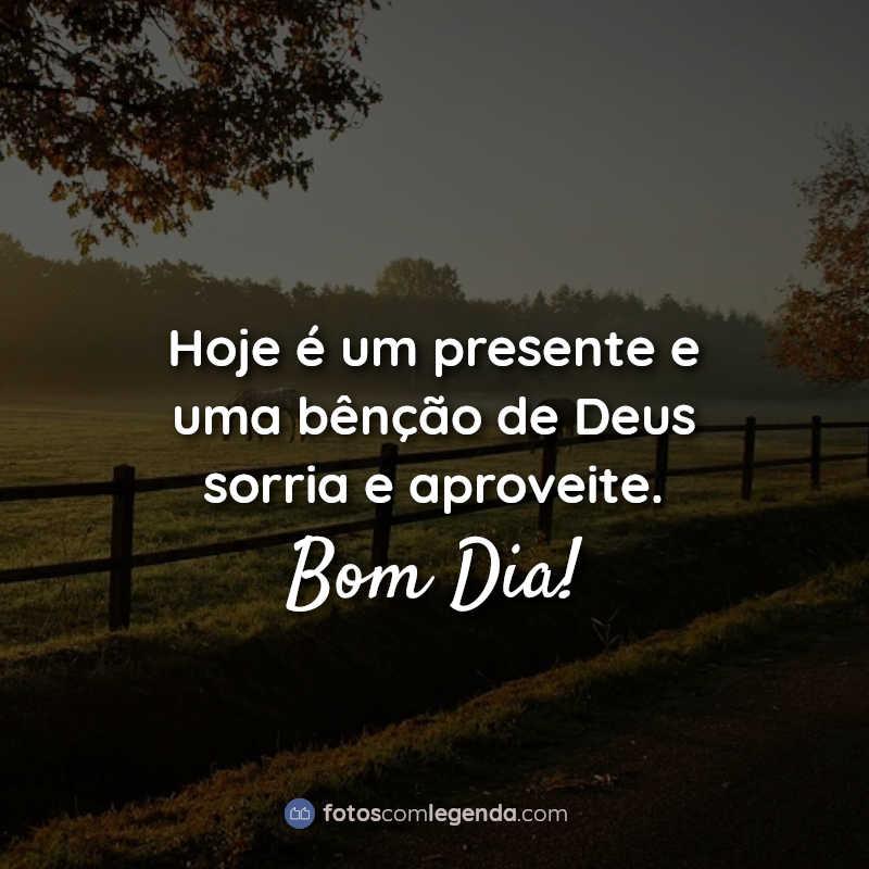 Frases: Hoje é um presente e uma bênção de Deus sorria e aproveite. Bom Dia!
